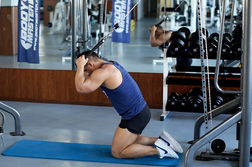 Exercise Kneeling Cable Crunch With Alternating Oblique Twists