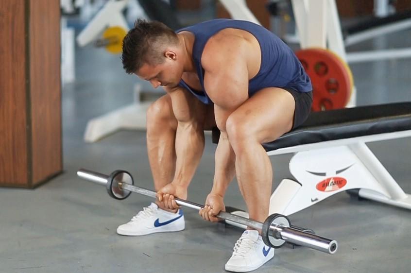 Упражнение Подъем штанги на бицепс узким хватом в положении сидя