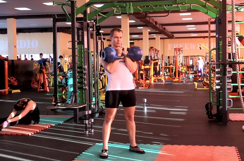 Упражнение Попеременный жим гирь стоя