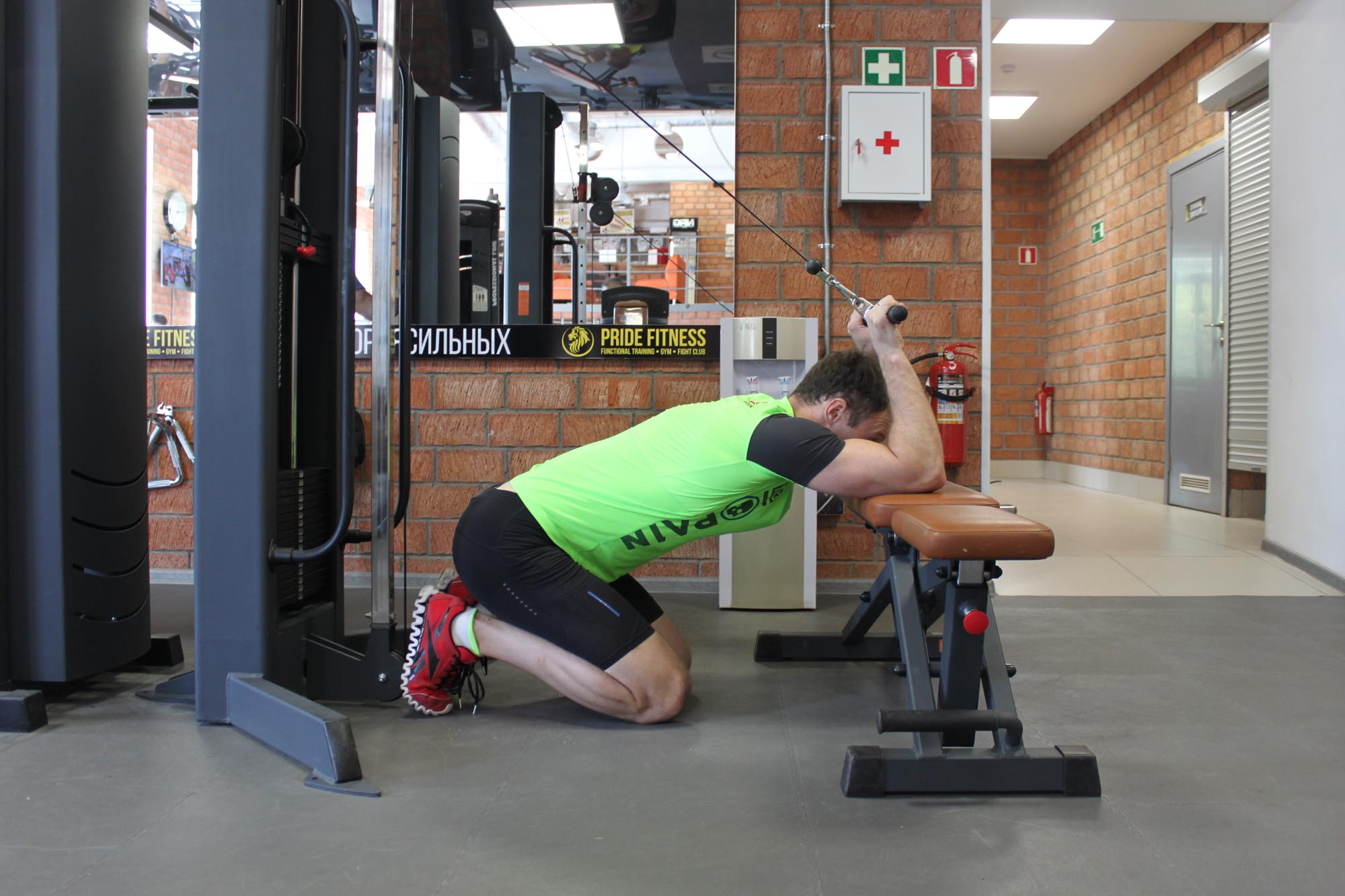 Exercise Kneeling Cable Triceps Extension