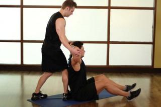 Растягивание грудных мышц заведением рук за голову
