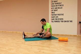 Растяжка мышц задней поверхности бедра сидя на полу