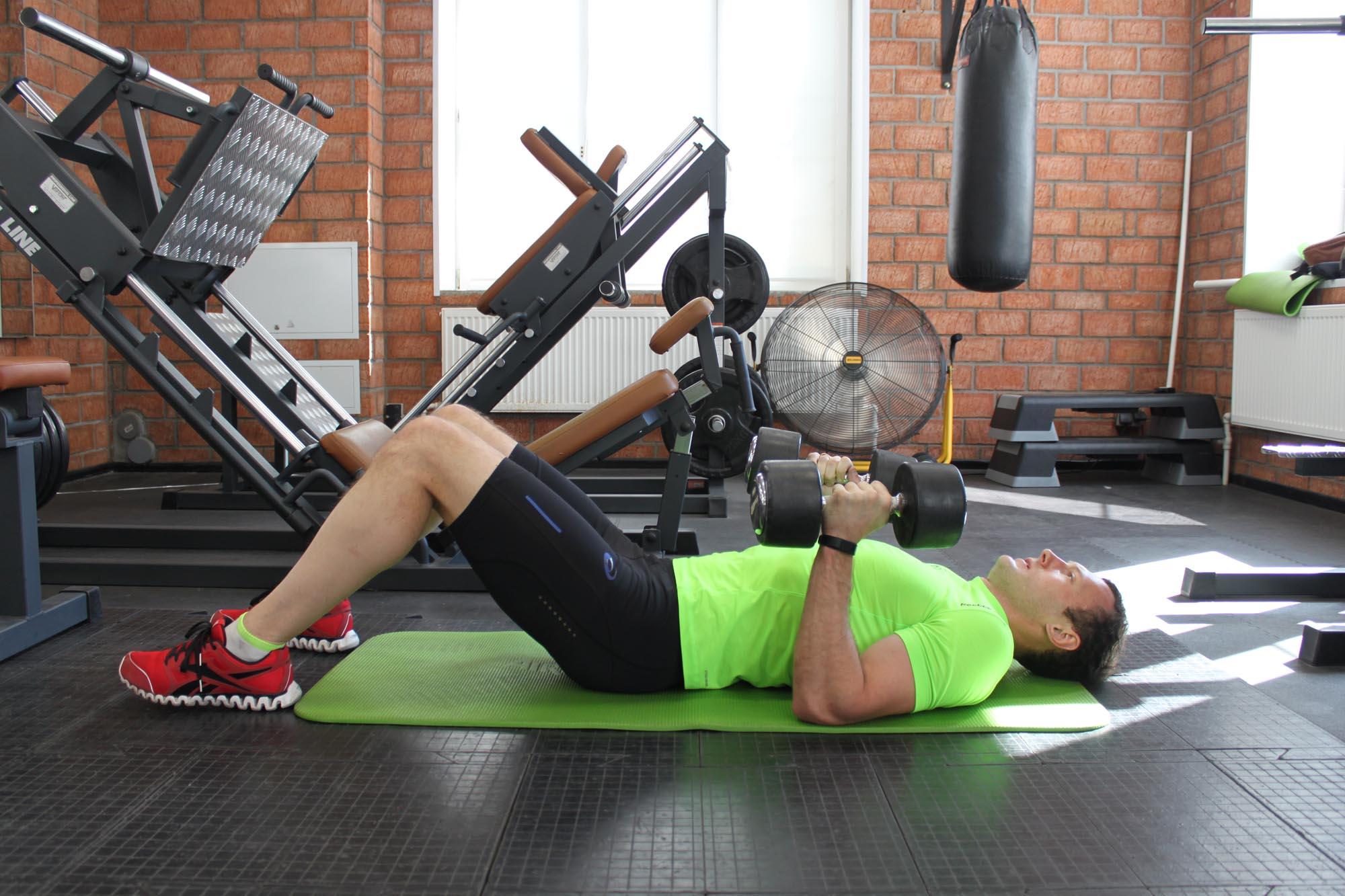Упражнение Жим гантелей лежа на полу