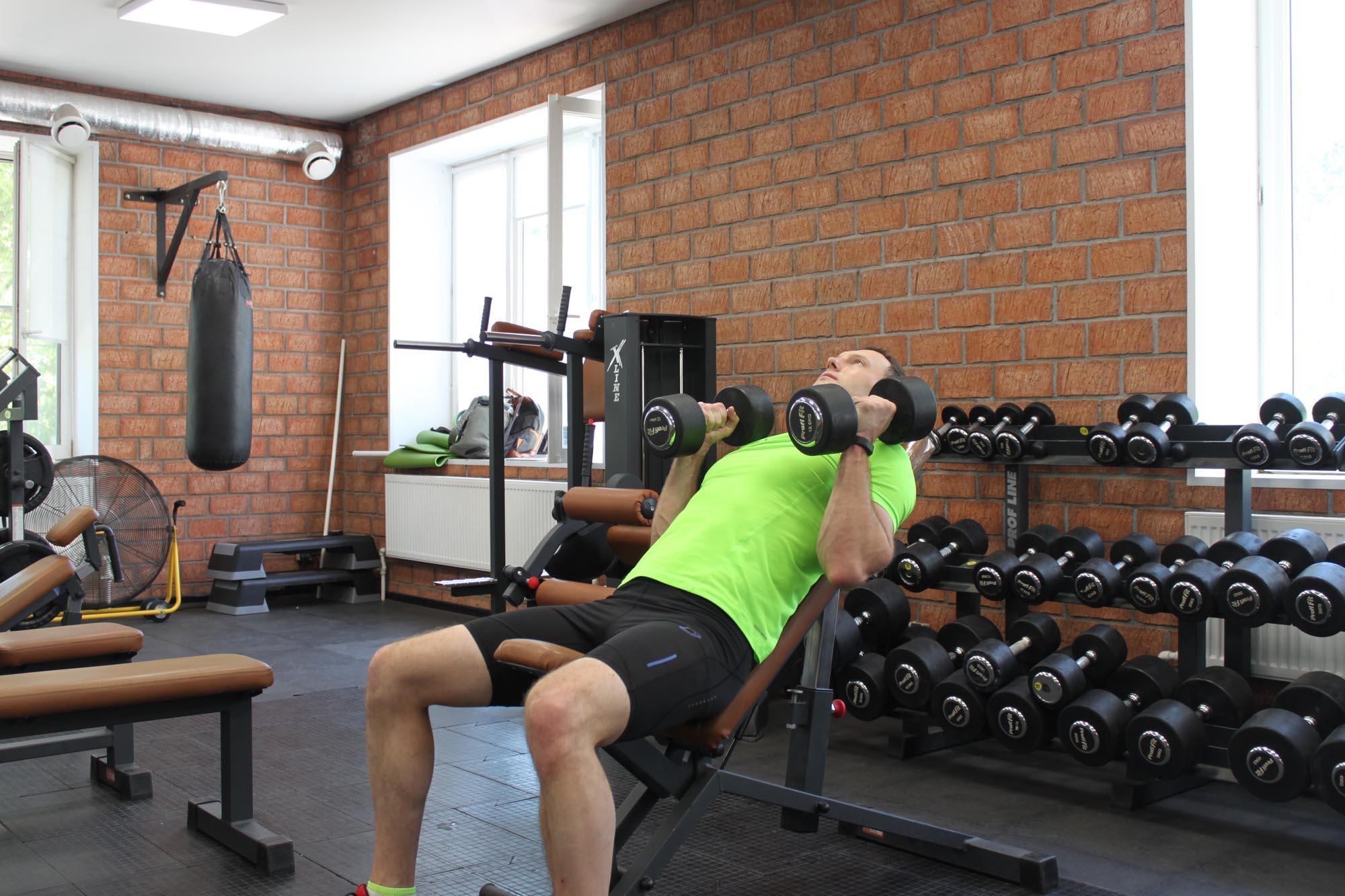 Упражнение Жим гантелей лежа на скамье с положительным наклоном хватом молоток