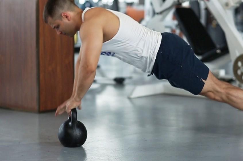 Упражнение Плиометрические отжимания с гирей