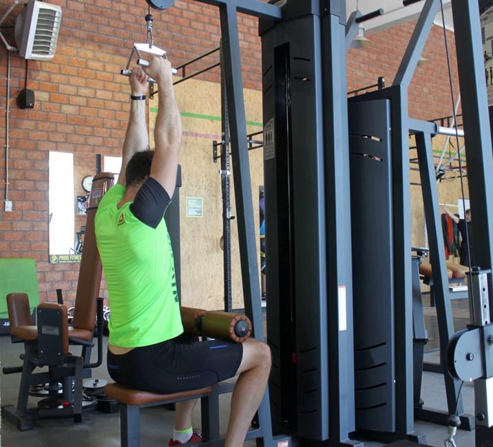 Упражнение Тяга верхнего блока к груди с V образным грифом