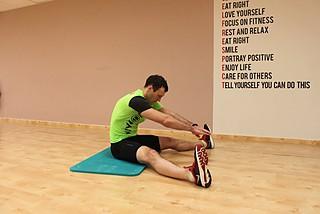 Растяжка мышц в положении сидя