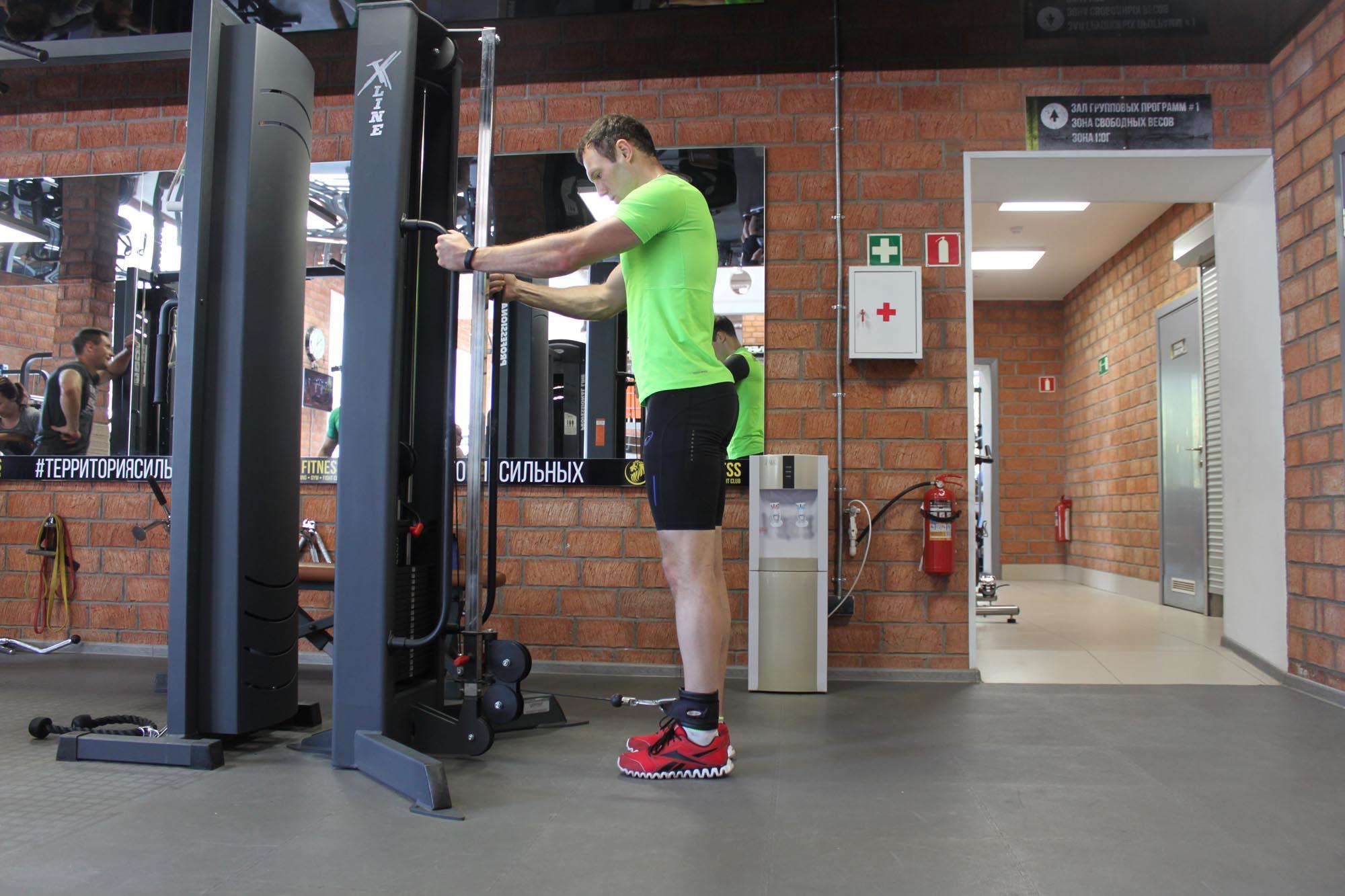 Упражнение Махи ногой на нижнем блоке