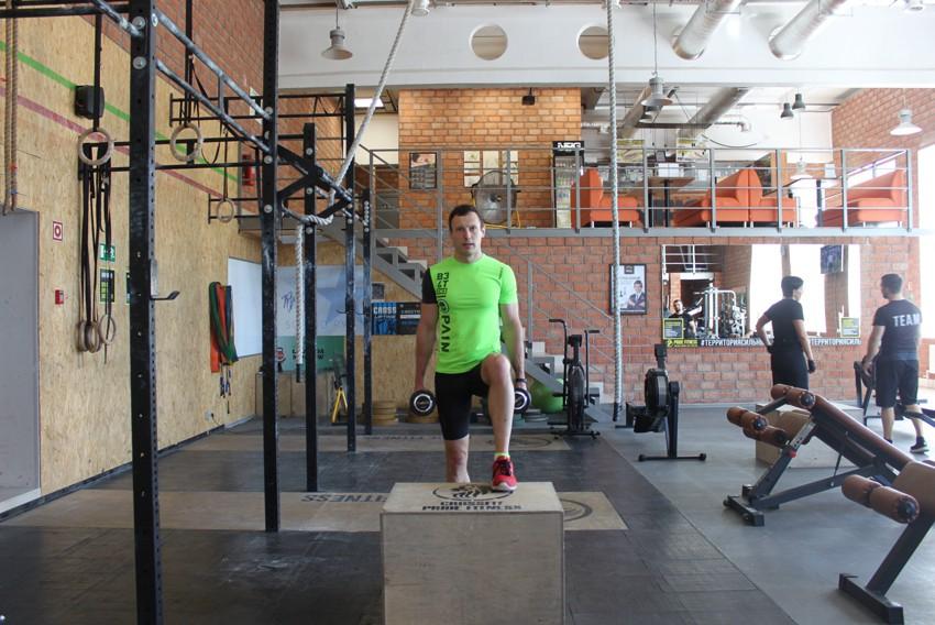 Упражнение Заход на скамью с гантелями