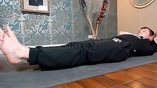 Подтягивания ног к груди лежа