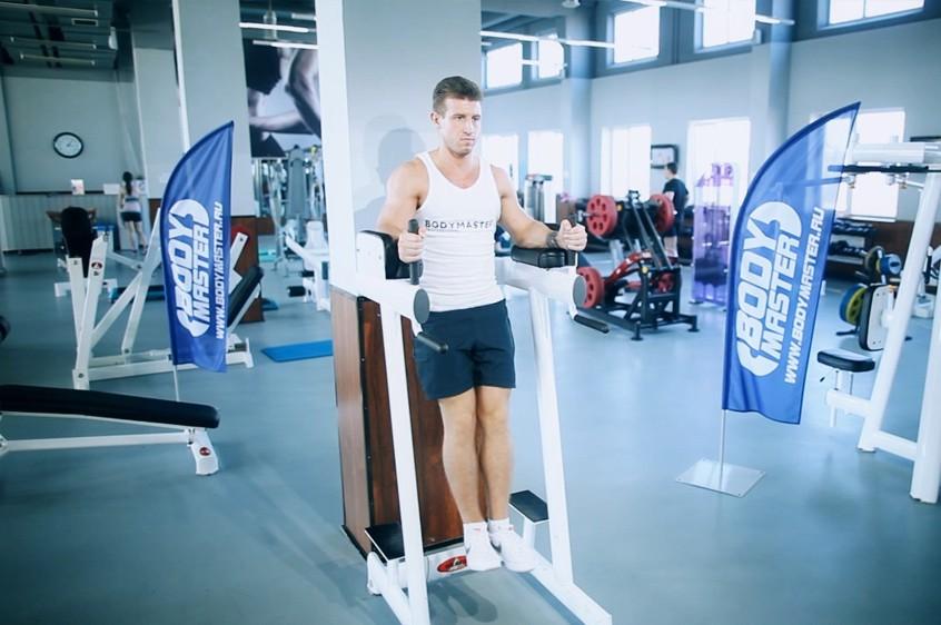 Упражнение Подъем ног в тренажере с упорами для локтей
