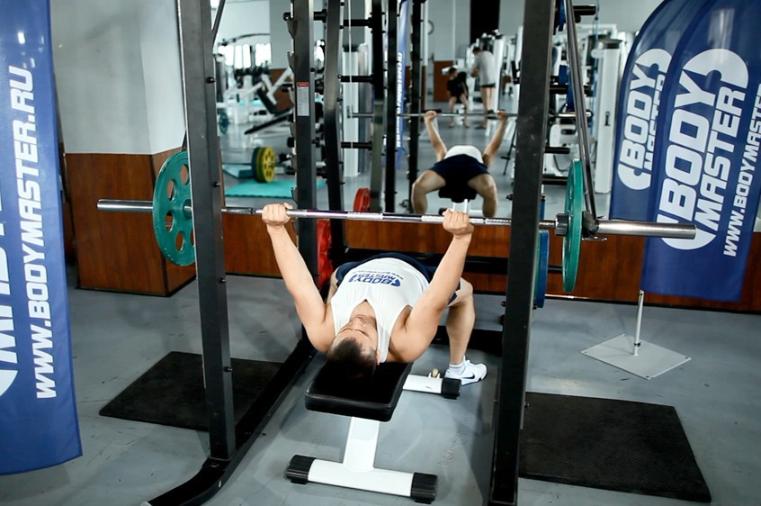 Exercise Reverse Band Bench Press