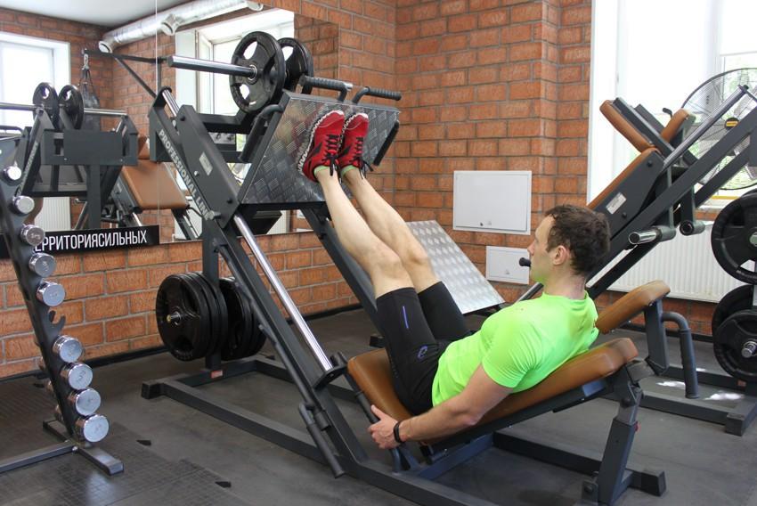 Упражнение Жим ногами с узкой постановкой стоп
